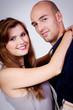 junges verliebtes lachendes paar umarmung portrait