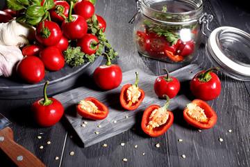 peperoncino rosso tondo tavolo legno grigio