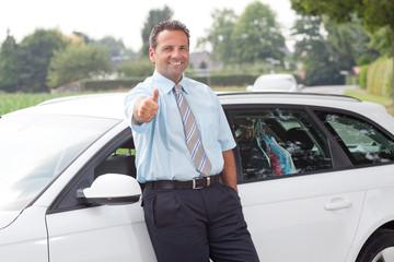 mann lehnt am auto