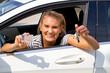 Junge Frau mit neuem Auto und Führerschein