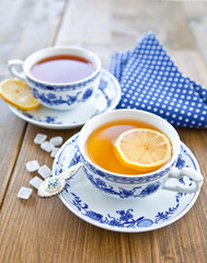 Verschiedene Tees mit Zitrone