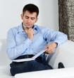 businessmann überlegt beim schreiben