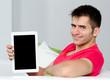 lächelnder mann zeigt ein tablet