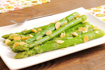 Sautéed asparagus with almonds