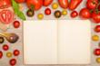 Rahmen aus nassen Tomaten mit Kochlöffel und Textfreiraum in ei