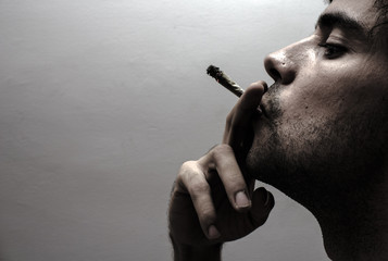 Perfil de una persona fumando