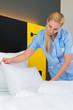 Dienstleistung im Hotel der Service wechselt Handtücher