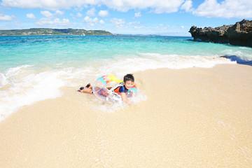 海で波と遊ぶ男の子