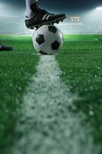 Schließen Sie bis der Fuß auf Fußball auf der Linie, Seitenansicht, Stadion