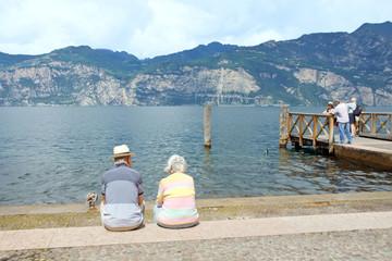 älteres Paar, Senioren sitzen am Gardasee, Italien