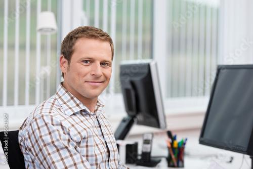 Leinwanddruck Bild lächelnder mann am arbeitsplatz