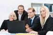motiviertes team arbeitet zusammen