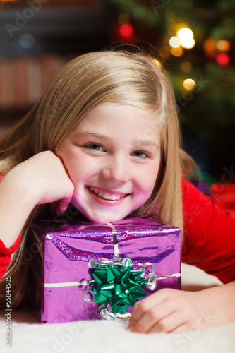 Fotobehang girl with christmas gift smiling
