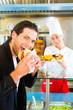 Leinwandbild Motiv Kebab - Kunde und heißer Döner mit frischen Zutaten