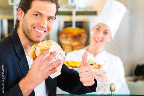 Kebab - Kunde und heißer Döner mit frischen Zutaten - 55844979