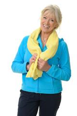 Sportliche Seniorin mit Handtuch um den Hals