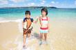 海辺で遊ぶ笑顔の姉弟
