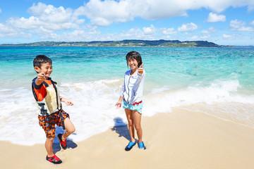 海辺で遊ぶ子供たち