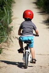 petit garçon faisant du vélo sur un sentier