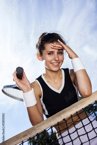 Beautiful young girl rests on a tennis net Tableau sur Toile