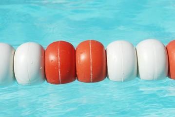 Boyas en la piscina