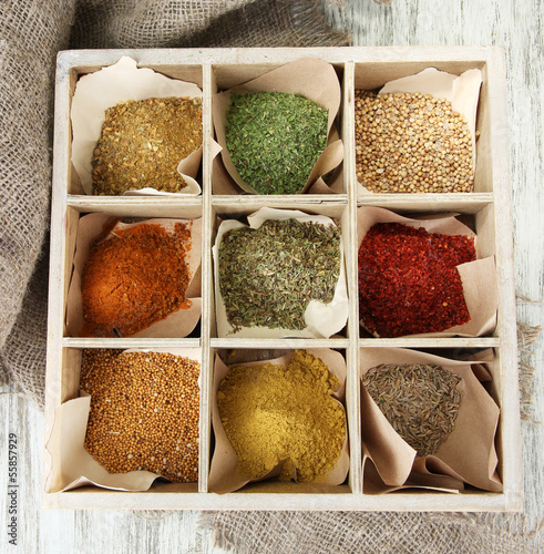 Canvas Kruiden 2 Assortment of spices in wooden spoons and box,