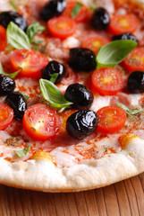 pizza italiana con pomodorini e olive nere