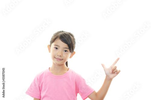 指さす笑顔の女の子