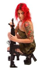 Uniformierte Frau mit roten Haaren und Gewehr