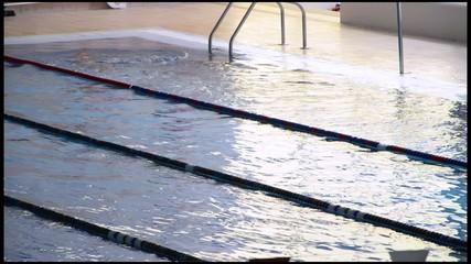 nadadores en piscina