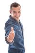 Erfolgreicher junger Mann isoliert - lachend in blau - Daumen