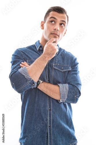 Nachdenklicher Mann isoliert - Blick - mit Jeans in Blau