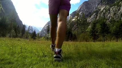 camminare sull'erba in montagna