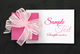 růžová dárková krabička s mašlí na bílém karty