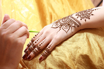 henna applying