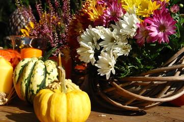 Herbstkranz und Zierkürbisse