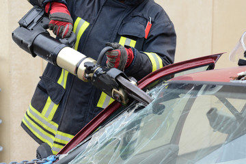 Feuerwehrmann mit hydraulischer Rettungsschere