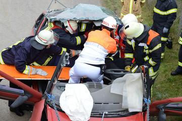Verkehrsunfall - Rettungskräfte befreien eingeklemmte Person