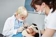 Zahnarzt operiert Patient