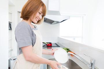 皿洗いをする女性