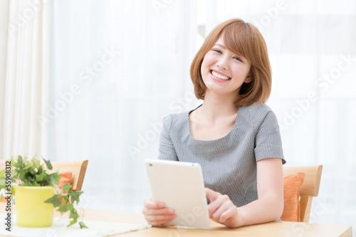 タブレットを見る女性