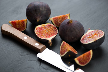 Whole and sliced figs, horizontal shot