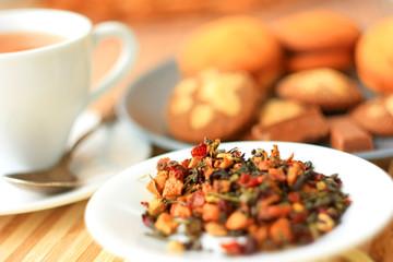Чай лежит на блюдце россыпью