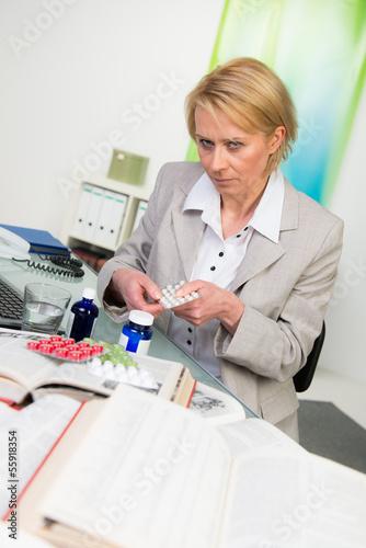 frustrierte frau nimmt tableten