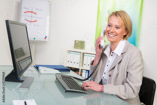 attraktive businessfrau am telefon