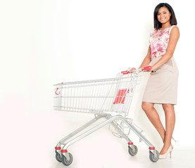 Hübsche Frau geht einkaufen
