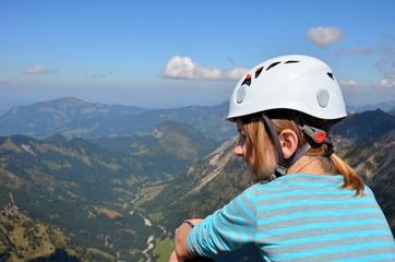 Kind macht Pause vom Klettern