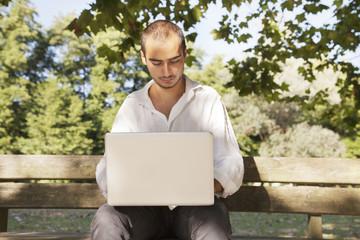 ragazzo al computer