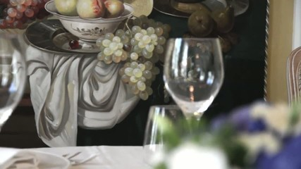 bicchieri su tavola imbandita