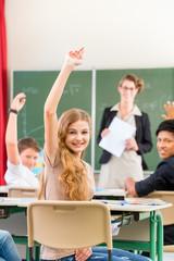 Lehrer unterrichtet Schüler in der Klasse einer Schule
